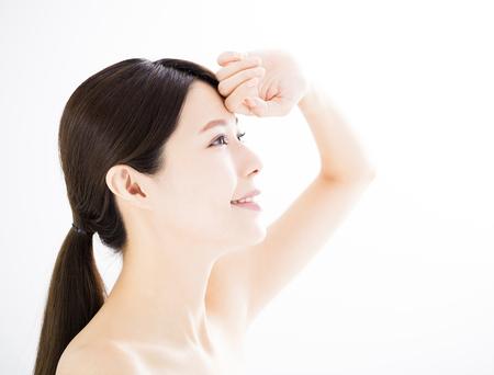 Giovane donna con il concetto di cura della pelle Archivio Fotografico - 85036313