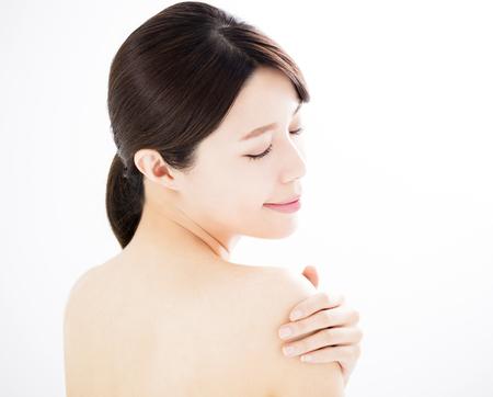 Schöne junge Frau mit sauberer frischer Haut Standard-Bild - 84940230