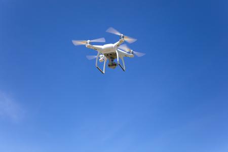 Vliegende druppel met blauwe hemelachtergrond