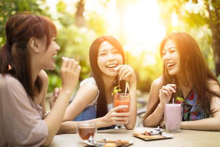 Groep jonge vrouw lachen in restaurant