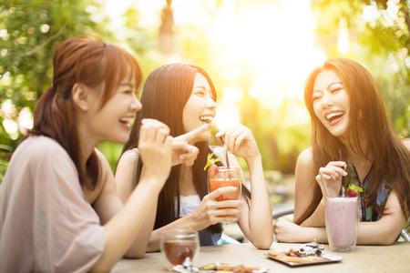 レストランで笑う若い女性のグループ 写真素材