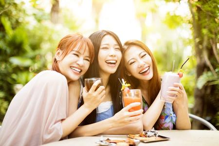 レストランで笑いの若い女性のグループ