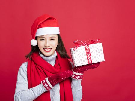 크리스마스 선물을 보여주는 행복 한 여자 스톡 콘텐츠