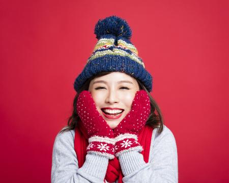 Glückliche junge schöne Frau in der Winterkleidung Standard-Bild