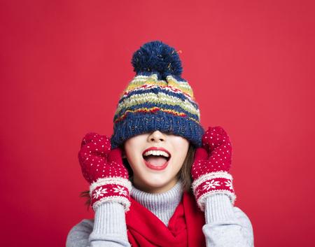 Happy Young Beautiful Woman em roupas de inverno Imagens