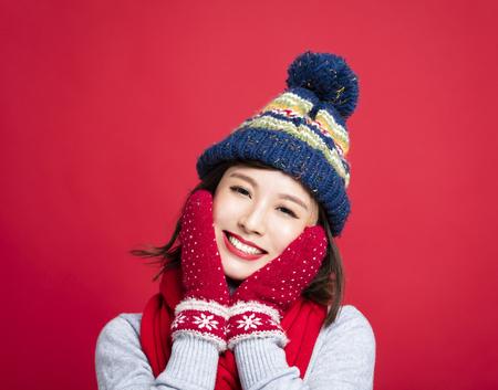 幸せな冬の服の若い美しい女