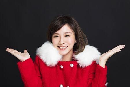 행복한 젊은 여자가 겨울 옷을 입고 스톡 콘텐츠