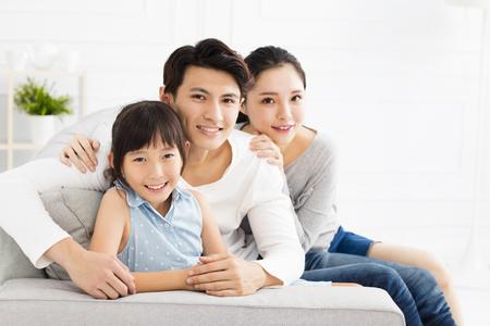 famille asiatique heureux sur le canapé dans le salon Banque d'images