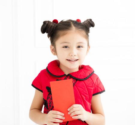 幸せな中国の新年。女の子を赤い封筒を保持 写真素材