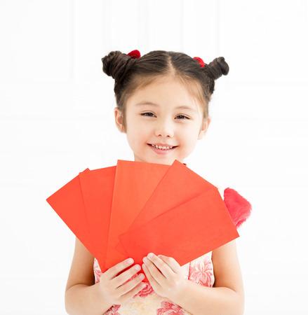 행복 한 중국 새 해입니다. 빨간 봉투를 들고 어린 소녀