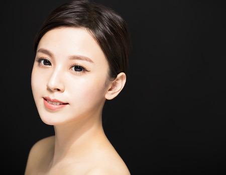 close-up Schoonheid vrouw gezicht geïsoleerd op zwarte achtergrond Stockfoto