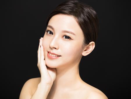 Nahaufnahme Schönheit Frau Gesicht auf schwarzem Hintergrund isoliert Standard-Bild - 88986363