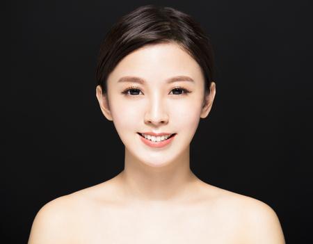 close-up Schoonheid vrouw gezicht geïsoleerd op zwarte achtergrond