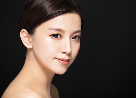 Gros plan visage de femme de beauté isolée sur fond noir Banque d'images