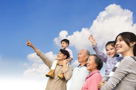 Famille multi-génération s'amusant ensemble à l'extérieur