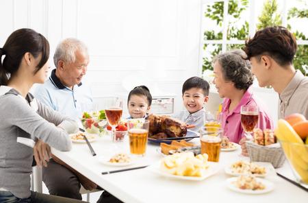 家で夕食を食べて幸せなアジア家族