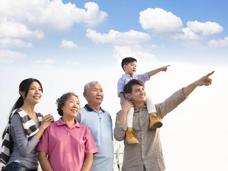 Tre generazioni famiglia divertirsi insieme all & # 39 ; aperto