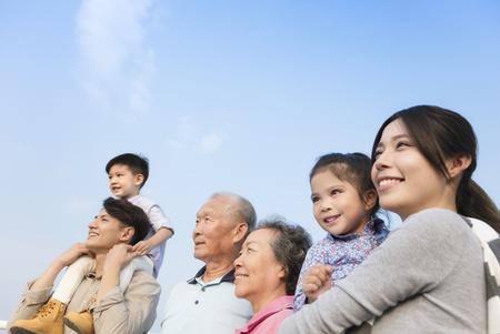 3 世代家族で一緒に楽しんで屋外