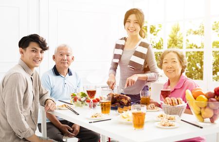 gelukkige Aziatische familie met dinner�thuis