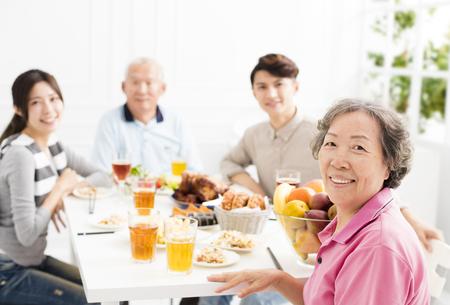 Gelukkige Aziatische familie die diner heeft samen
