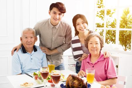 Familia feliz cenando juntos Foto de archivo - 90102359