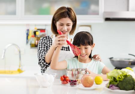 Happy mother and child in kitchen preparing cookies Stock fotó - 90779132