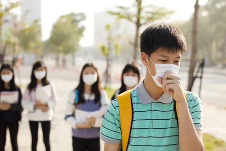 Tieners student draagt mondmasker tegen smog in stad Stockfoto - 93971710