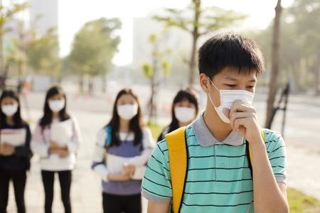 TUdiant adolescent portant un masque buccal contre le smog en ville Banque d'images - 93971710