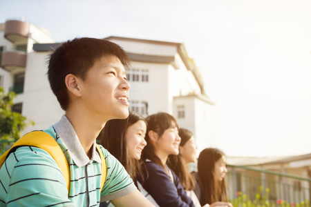 Groupe d'étudiants adolescents assis à l'école Banque d'images - 93951484