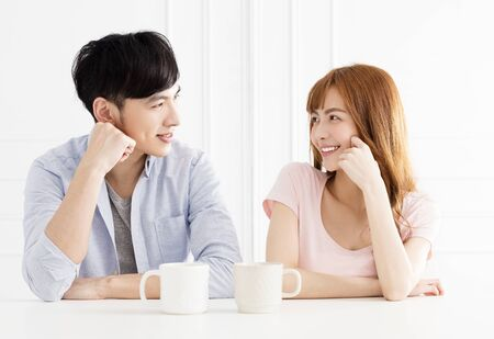 joven pareja asiática tomando café en la sala de estar
