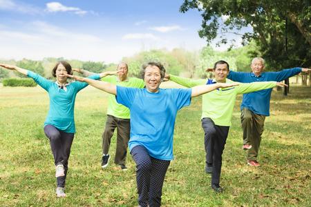 feliz grupo de amigos mayores ejercicio y divirtiéndose