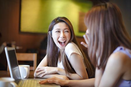 dos chicas divirtiéndose en la cafetería