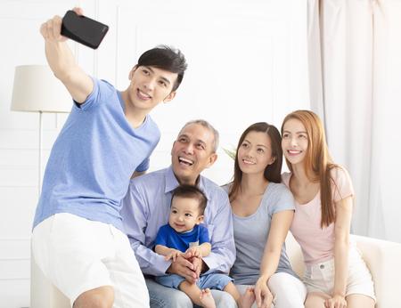 trois générations famille asiatique prenant selfie Banque d'images