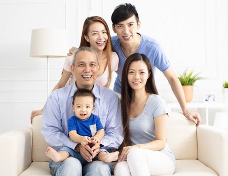 Portrait de famille asiatique de trois générations