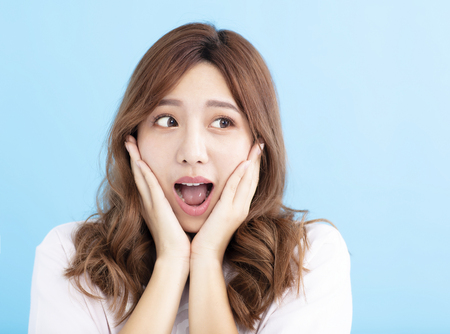 Nahaufnahme Überraschtes Gesicht der jungen Frau