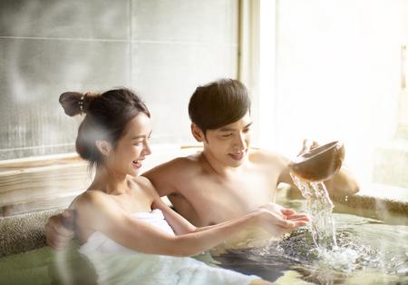 Jeune couple, délassant, dans, sources chaudes