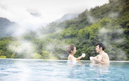 Jeune couple asiatique se détendre dans des sources chaudes