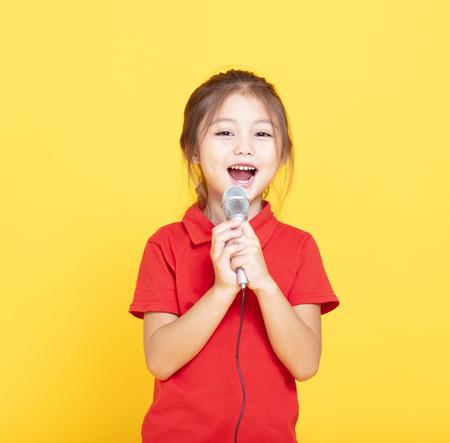 gelukkig meisje zingen op gele achtergrond