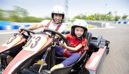 vader en dochter rijden kart op de baan