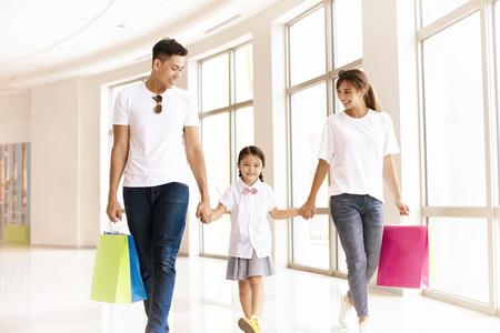 famille heureuse marchant dans le centre commercial Banque d'images
