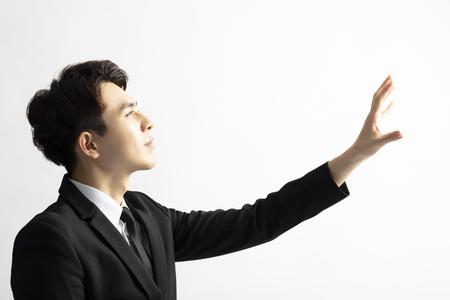 Vista lateral del empresario manos levantadas tratando de atrapar algo