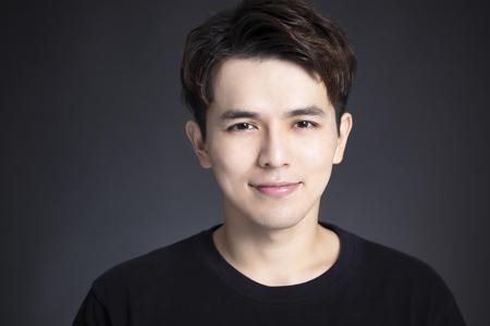 Retrato de joven asiático guapo