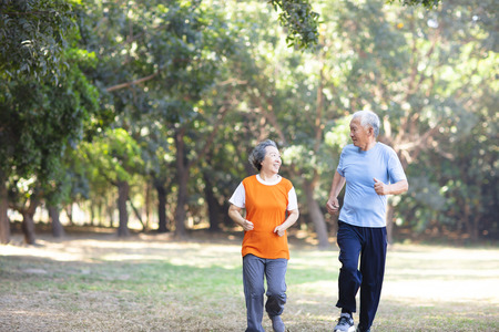 happy Senior couple running in the park Stockfoto - 119256863
