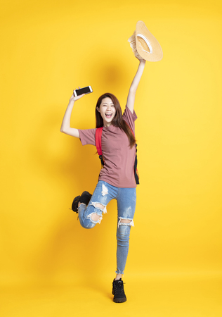 happy young woman holding summer hat and showing smart phone 免版税图像 - 118473089