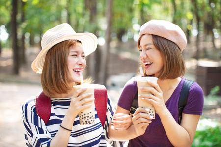 happy girls drinking bubble tea and enjoy summer vacation 免版税图像 - 119884296