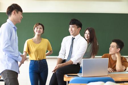 enseignant avec un groupe d'étudiants en classe