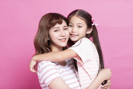 gelukkige mooie moeder die haar kind vasthoudt