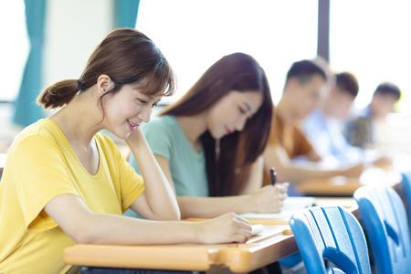 College-Student, der im Klassenzimmer studiert Standard-Bild