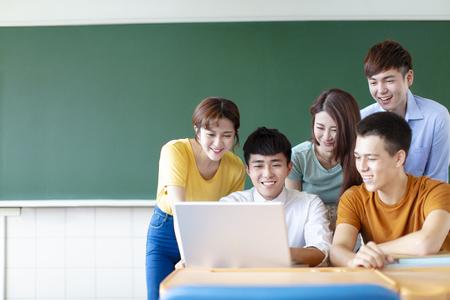 Clase de estudiantes universitarios con ordenadores portátiles en el aula Foto de archivo
