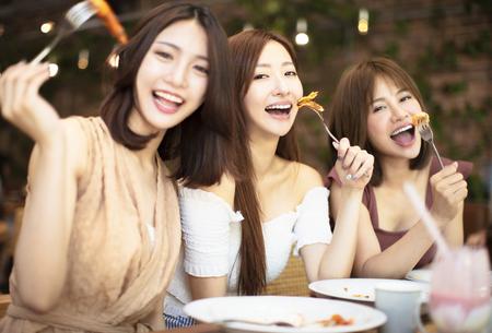 Groupe d'amis heureux en train de dîner au restaurant Banque d'images